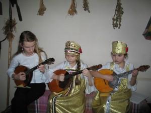 Учащиеся музыкальной школы выступают перед эмигрантами