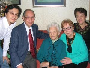 Е.П. Кишкина, её дочь Инна и внук Дмитрий принимают гостей из Шанхая Л.А. Бабаскину и её супруга Го Мина